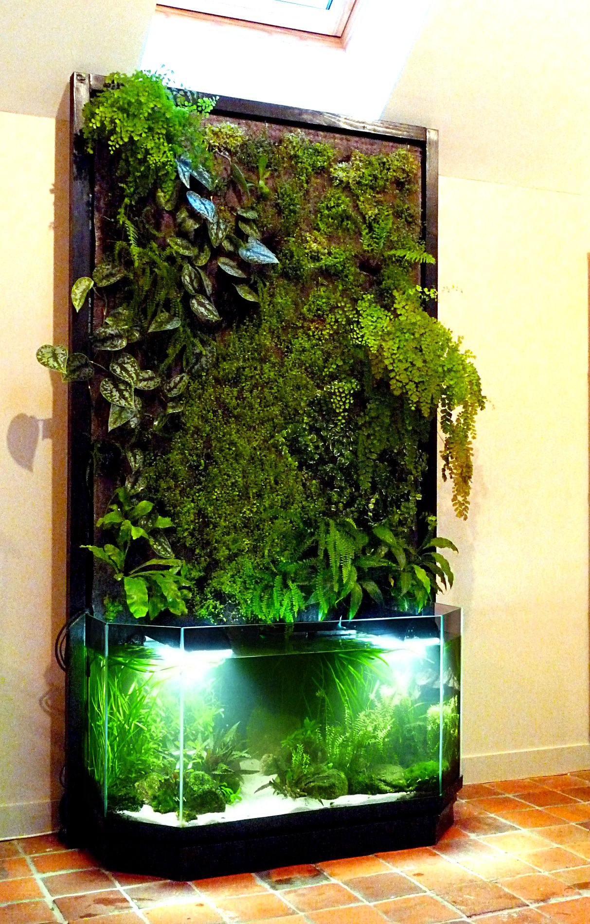 Aquaponie et mur v g tal nature design for Aquarium interieur